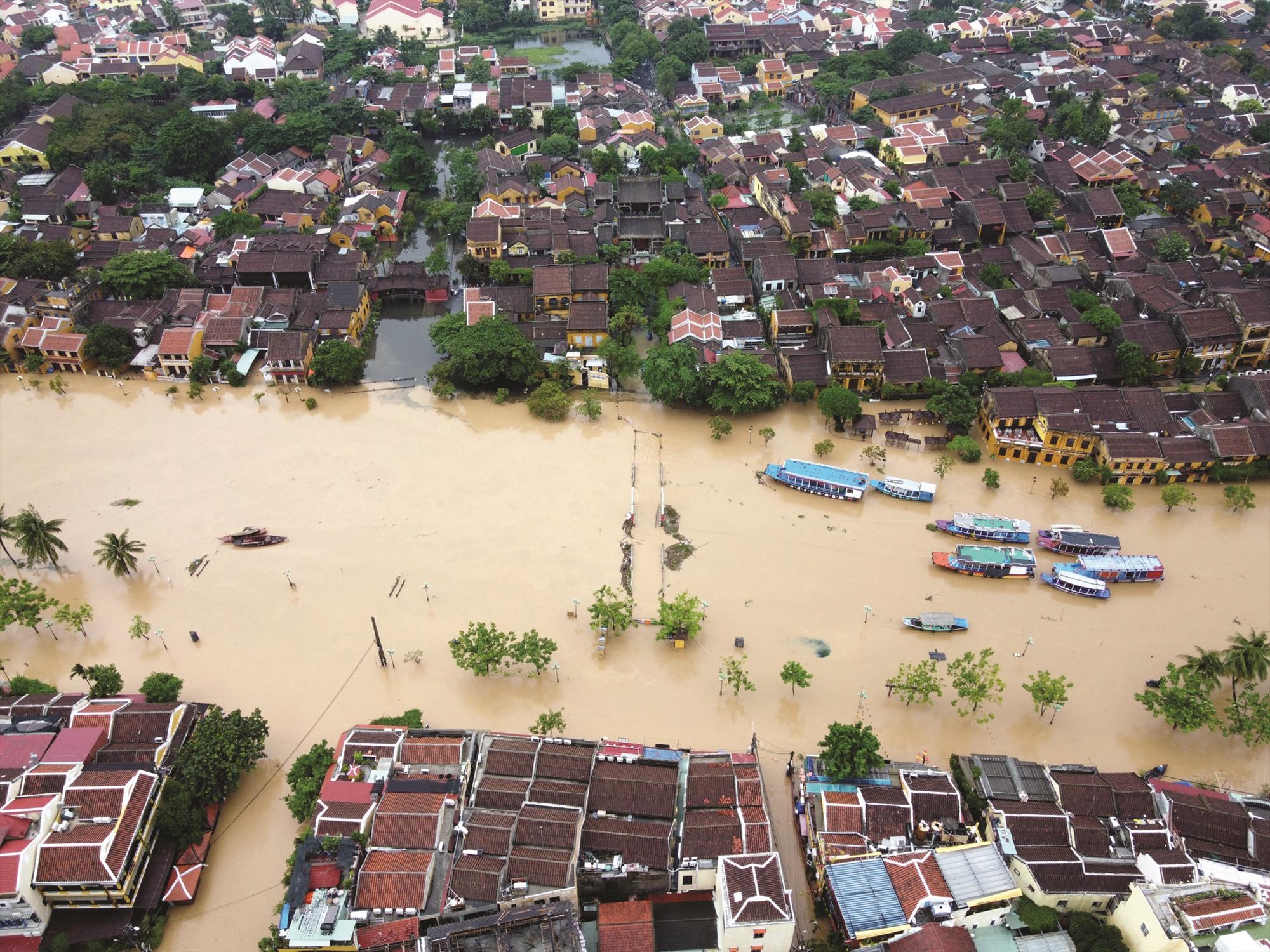 Những tuyến đường trong phố cổ có thể bị ngập sâu đến hơn 1m mỗi mùa mưa lụt. Ảnh: THANH HIẾU
