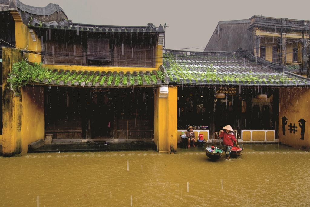 Cư dân phố cổ thích nghi với lụt. Ảnh: TRỌNG KHANG