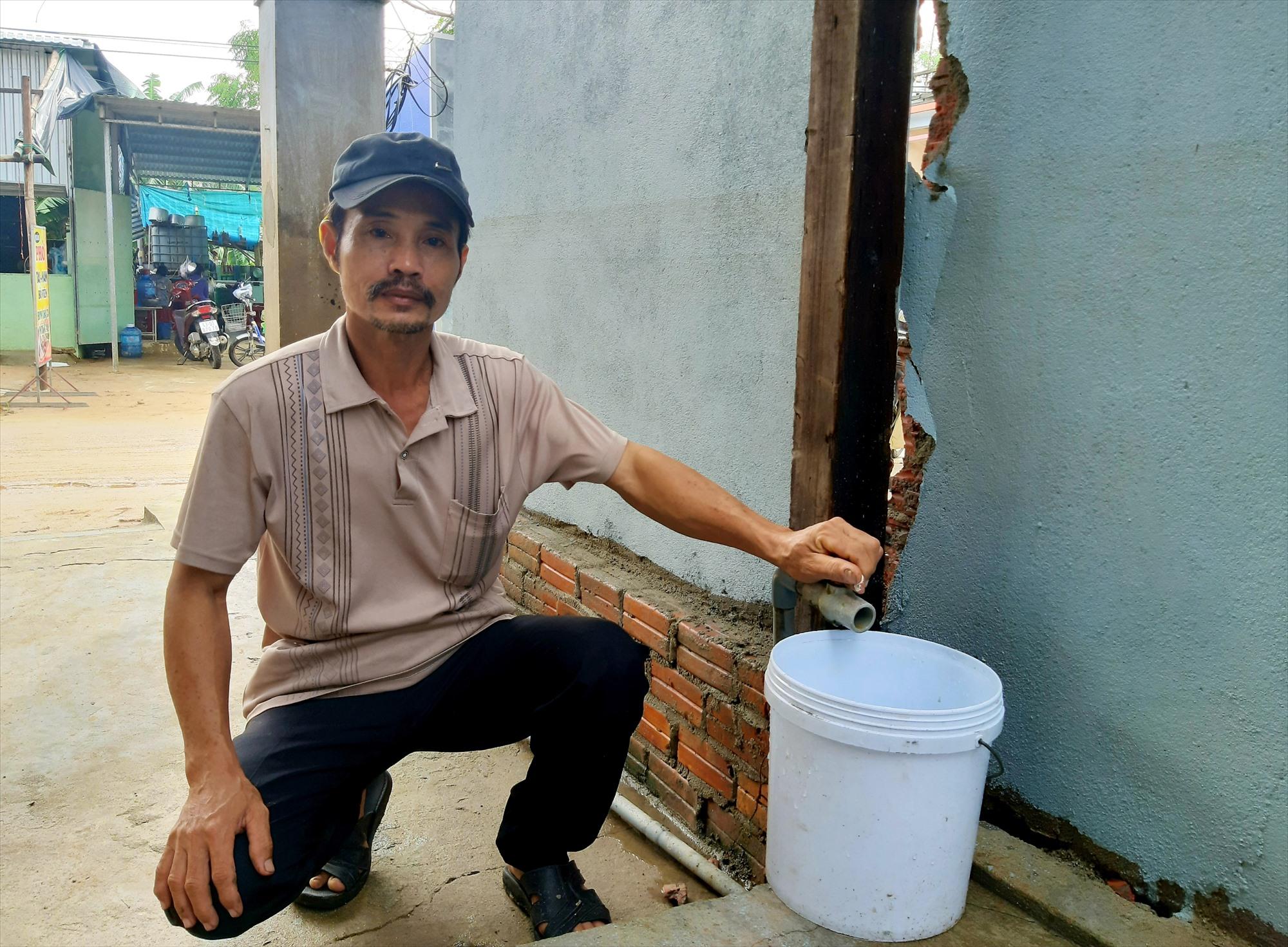 Nhiều ngày qua, cuộc sống của người dân xã Duy Vinh (Duy Xuyên) gặp khó khăn vì thiếu nước sinh hoạt kéo dài. Ảnh: T.S