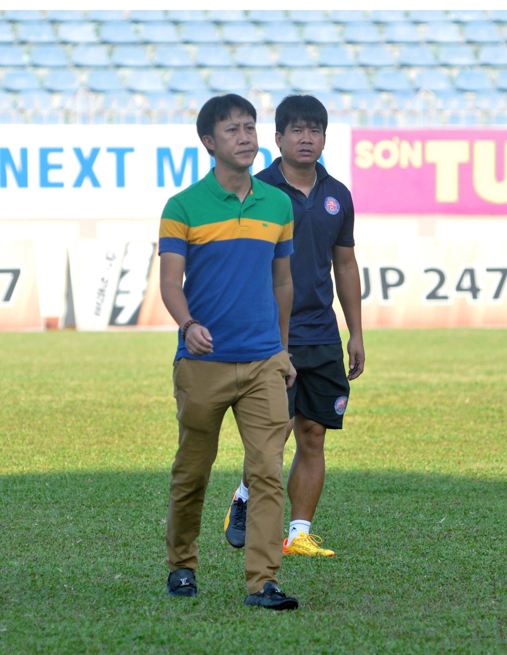 """HLV Nguyễn Thành Công (bên trái) có """"cứu"""" được Quảng Nam? Ảnh: T.Vy"""