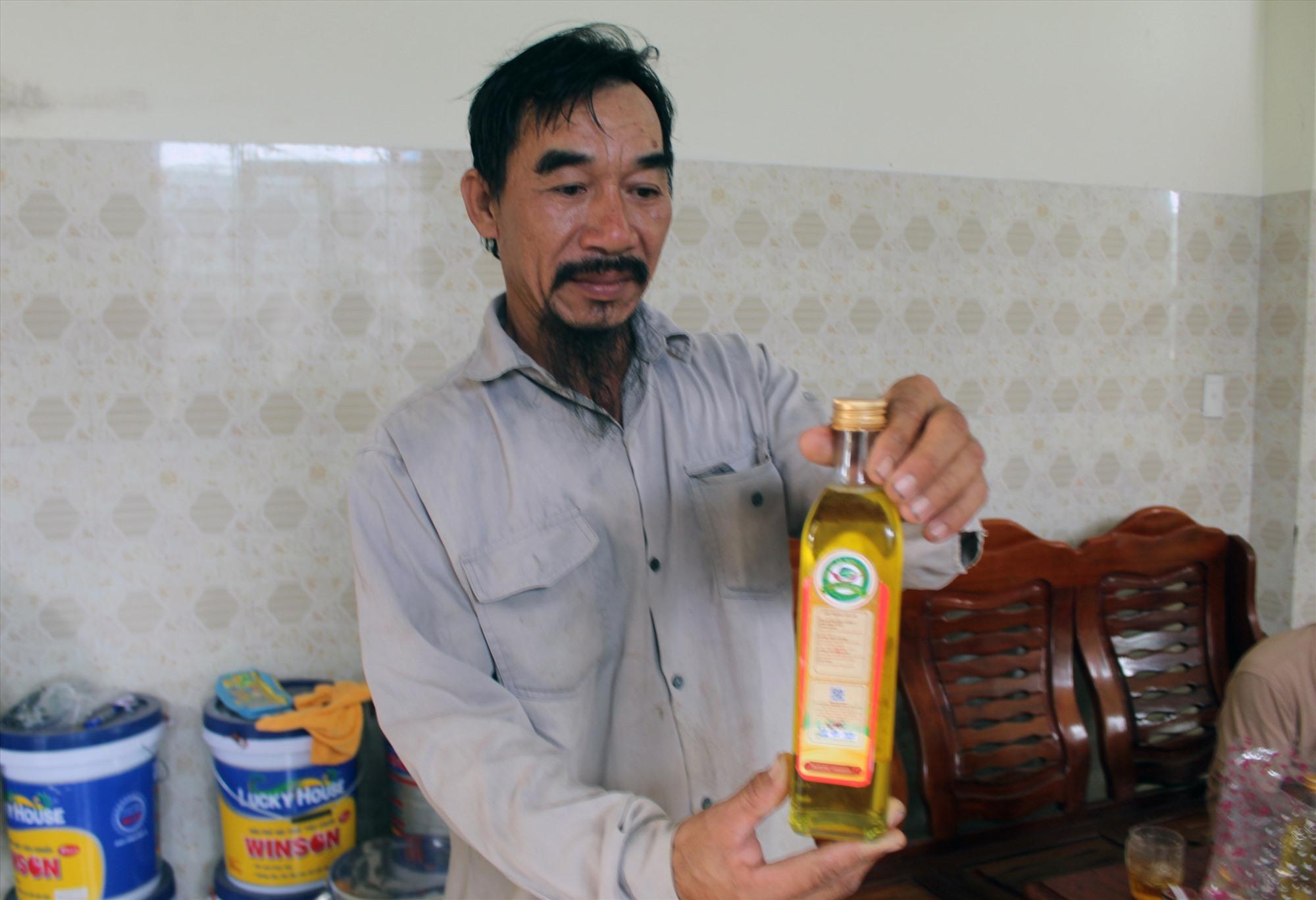 """Sản phẩm """"Dầu phộng Chu Lai"""" của HTX Nông nghiệp Tam Anh Bắc. Ảnh: VĂN PHIN"""