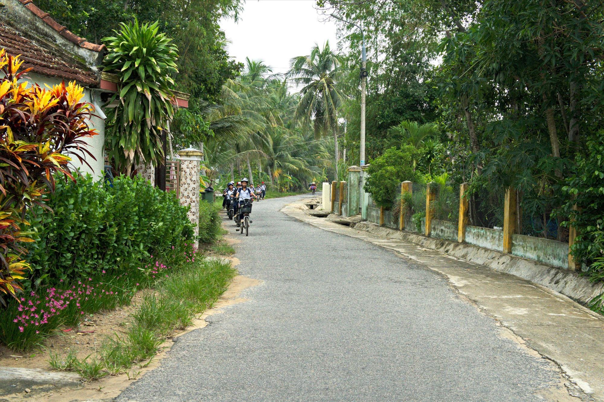 Đường làng, ngõ xóm ở Tam Tiến được đầu tư xây dựng khang trang, sạch đẹp. Ảnh: NGUYỄN ĐIỆN NGỌC
