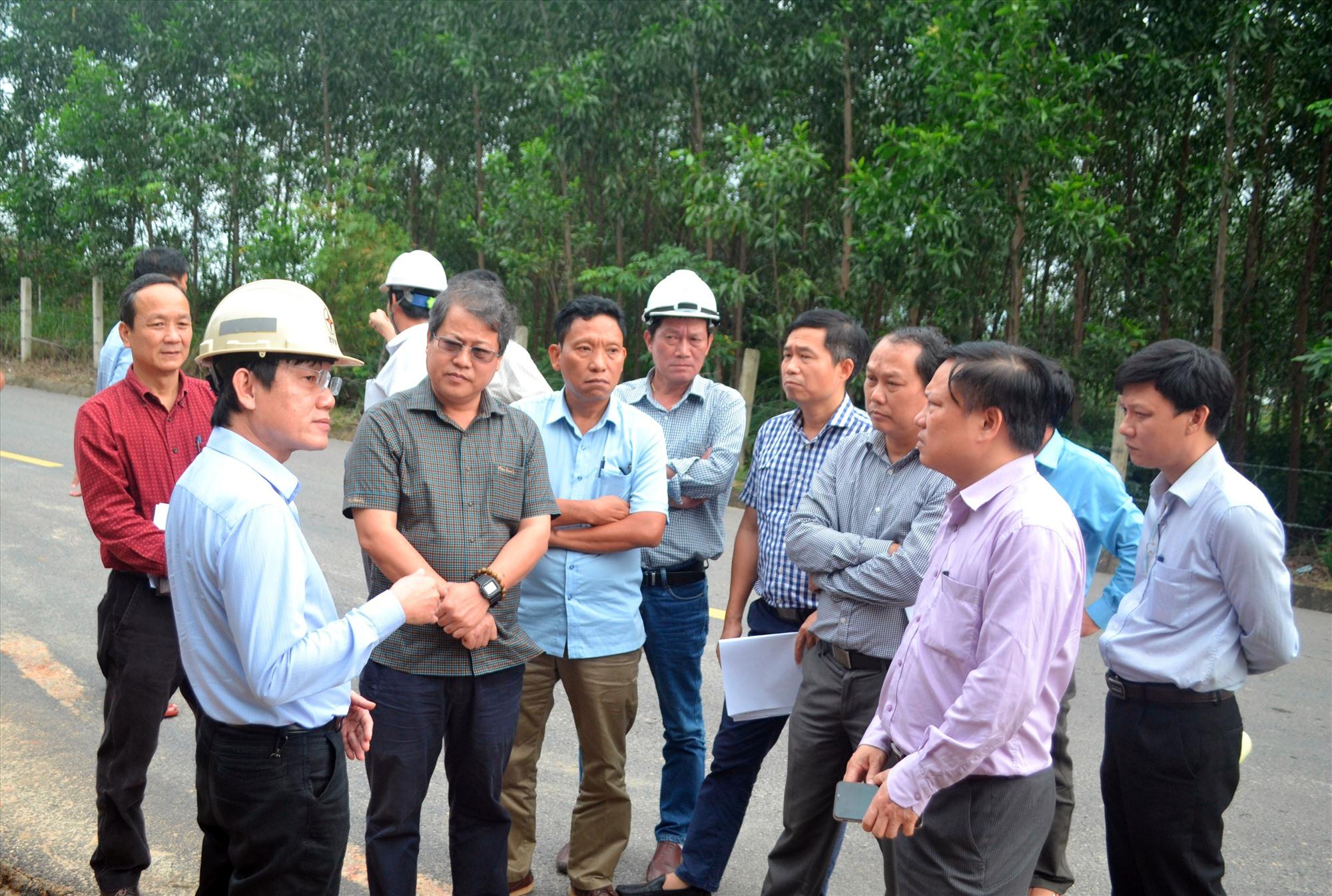 Đoàn công tác của Tổng cục Đường bộ Việt Nam kiểm tra thiệt hại hạ tầng giao thông tại Quảng Nam. Ảnh: CÔNG TÚ