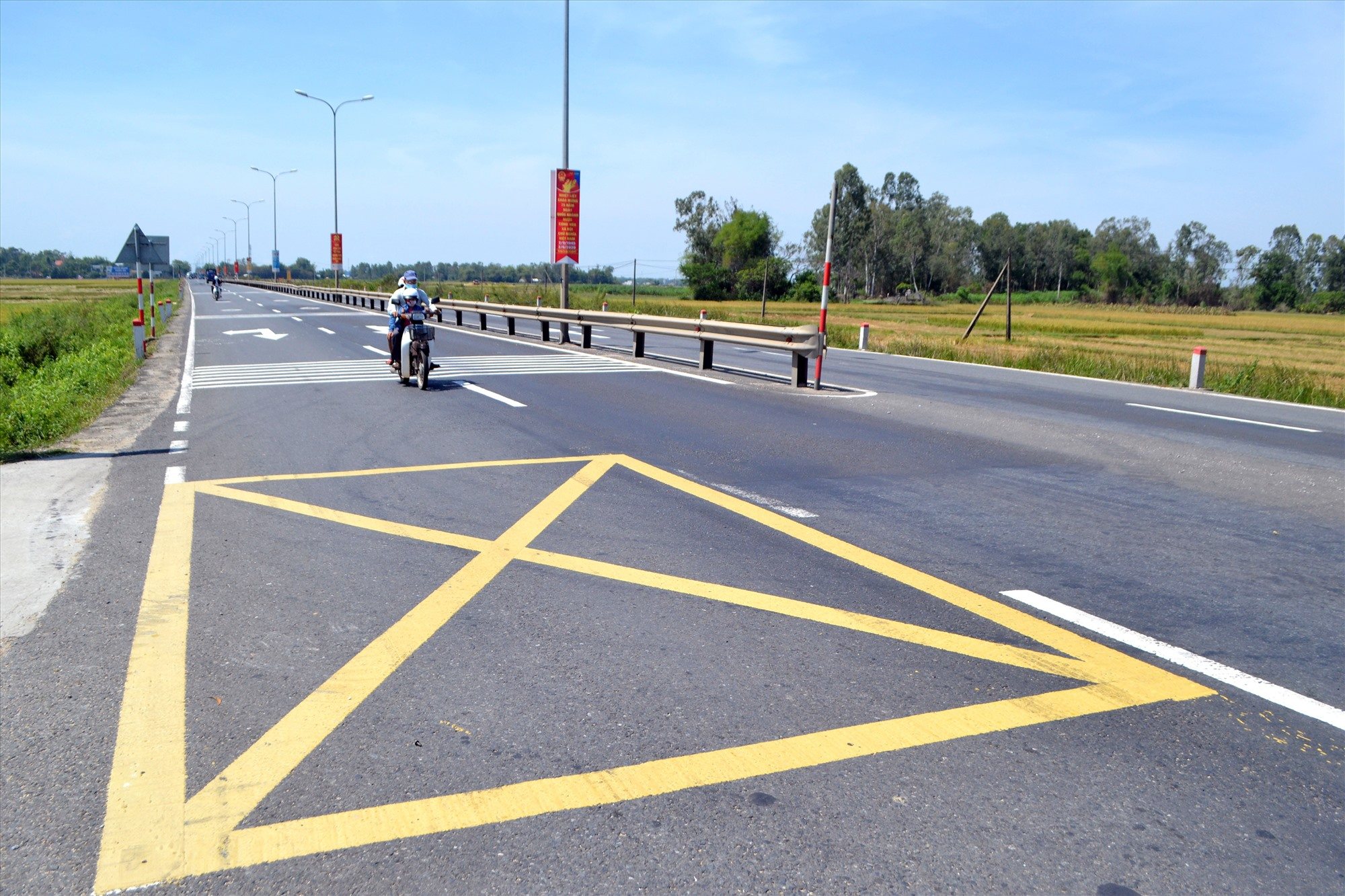 Vạch mắc võng tại nơi giao nhau giữa quốc lộ 1 với đường kết nối rất cần thiết cho người tham gia giao thông. Ảnh: K.K