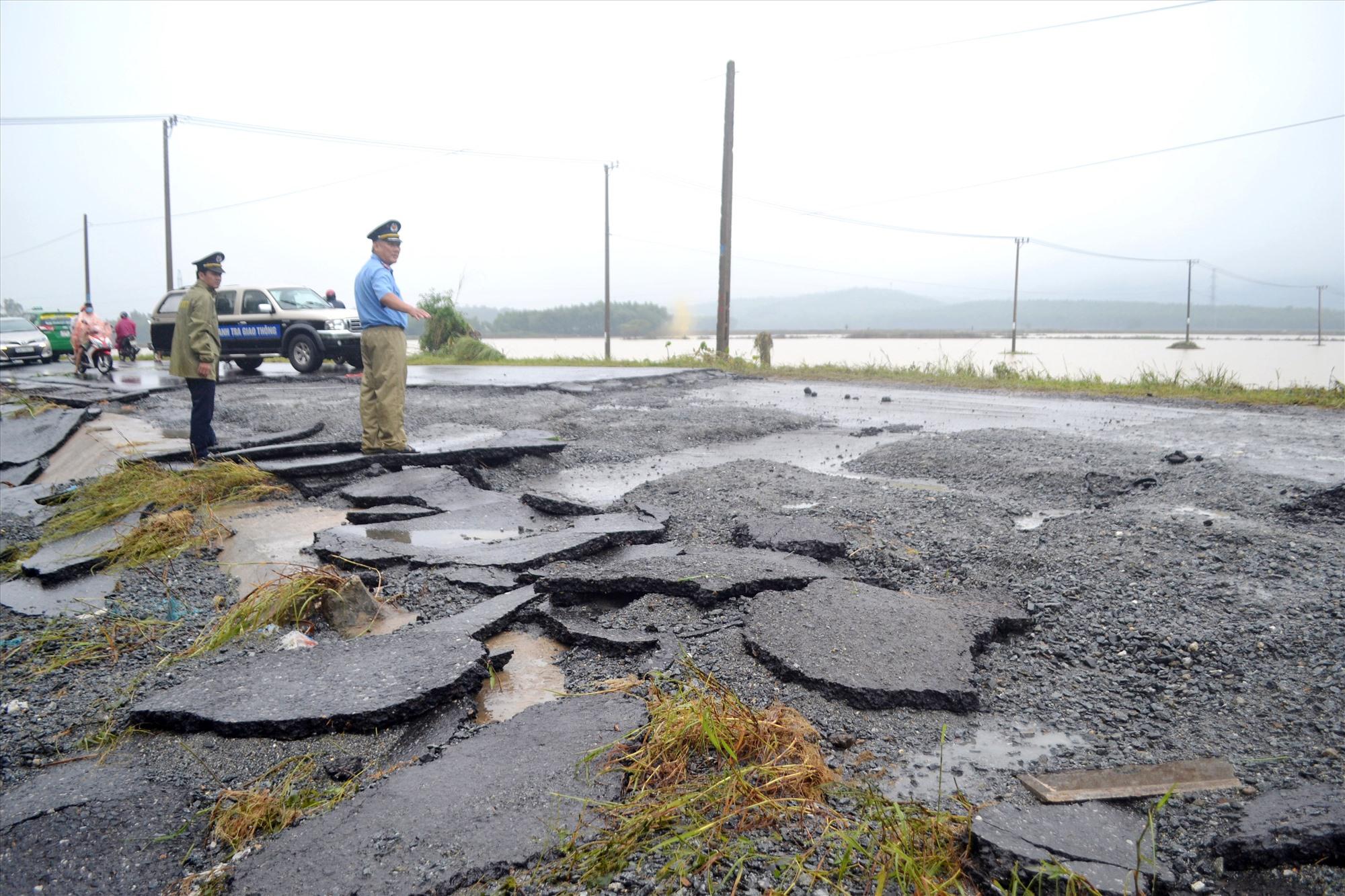 Mặt đường phía tây cầu Đại Hiệp (Đại Lộc) trên tuyến ĐT609B bị nước lũ cuốn trôi. Ảnh: C.T