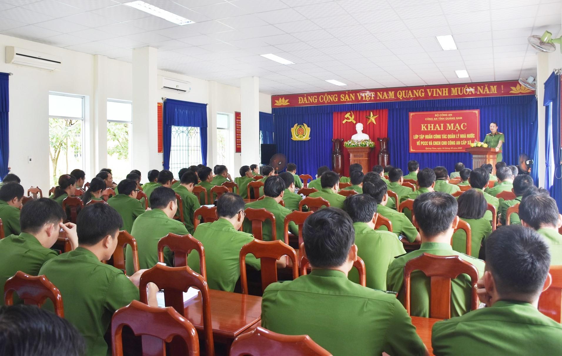 Tham dự lớp tập huấn có 90 công an xã chính quy thuộc 6 huyện, thành phố. Ảnh: M.T