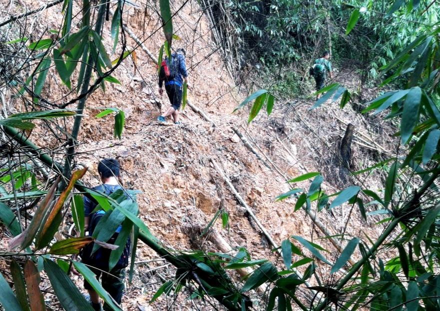 Các chiến sĩ hành quân men theo hơn 10km đường rừng đến với làng Aur. Ảnh: CL.N