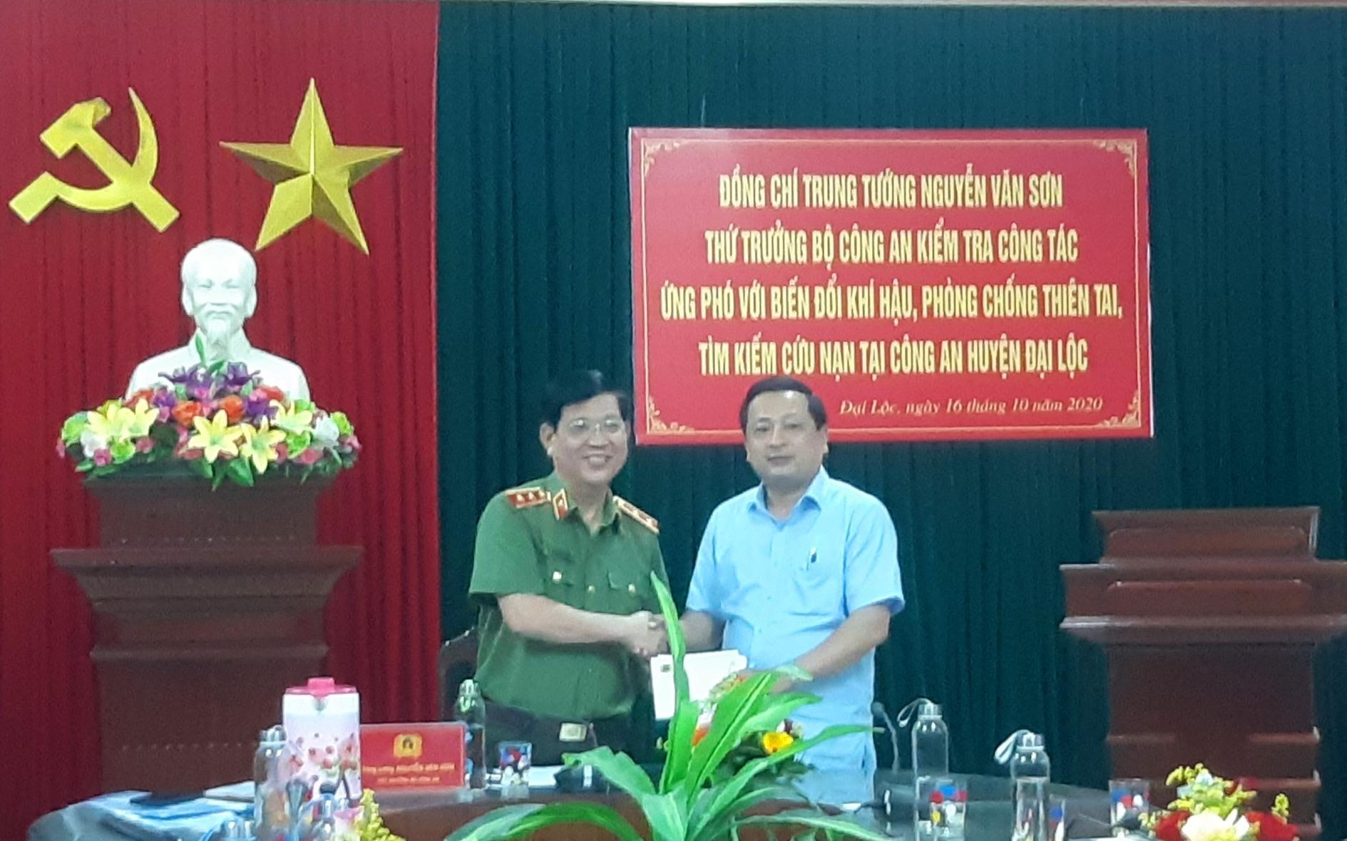 Thông qua ông Nguyễn Hảo - Phó Bí thư Thường trực Huyện ủy Đại Lộc, đoàn đã hỗ trợ 5 hộ dân bị sạt lở núi xã Đại Lãnh mỗi hộ 5 triệu đồng. Ảnh: BÍCH LIÊN