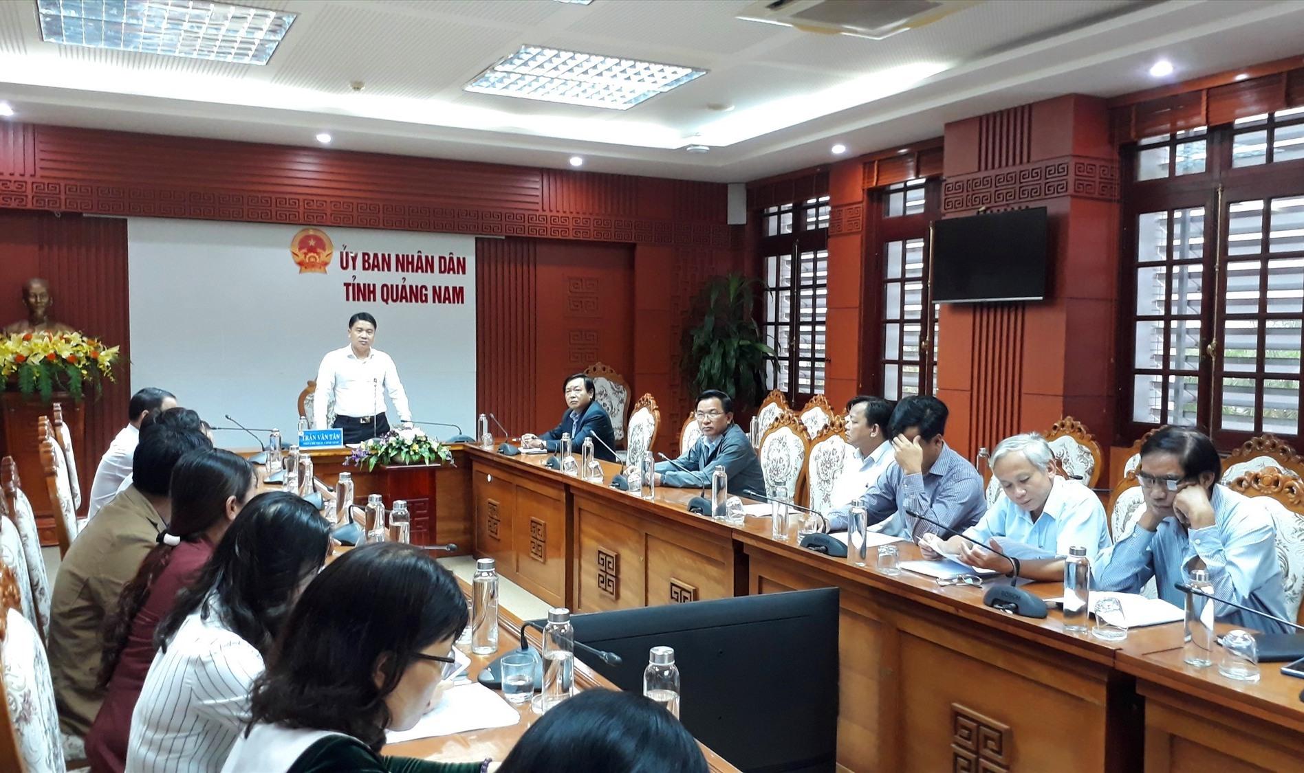 Phó Chủ tịch UBND tỉnh Trần Văn Tân đề nghị toàn ngành chia sẻ, động viên giáo viên dạy lớp 1. Ảnh: X.P