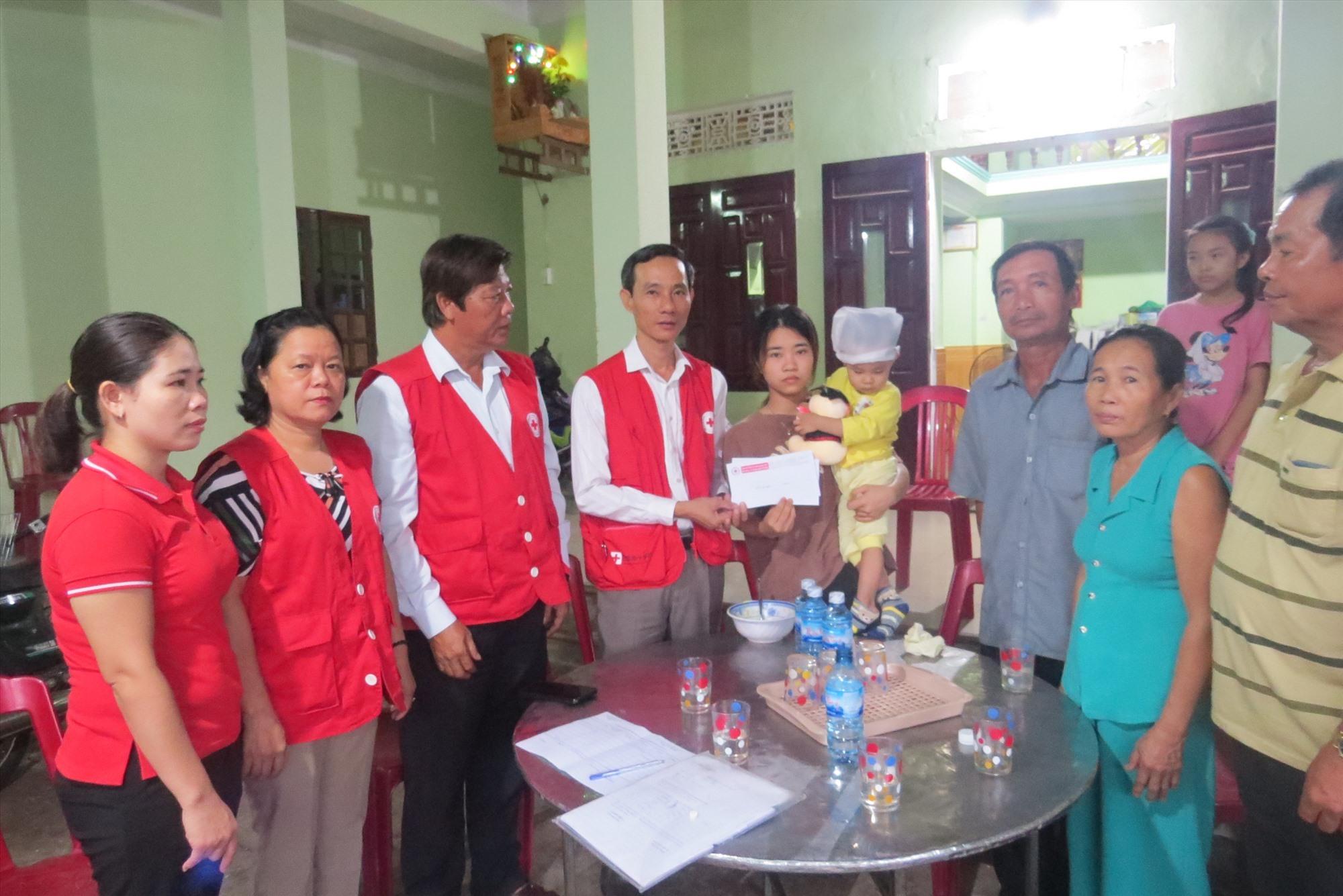 Hội Chữ thập đỏ tỉnh thăm gia đình nạn nhân tủ vong do mưa bão. Ảnh: CÔNG RY