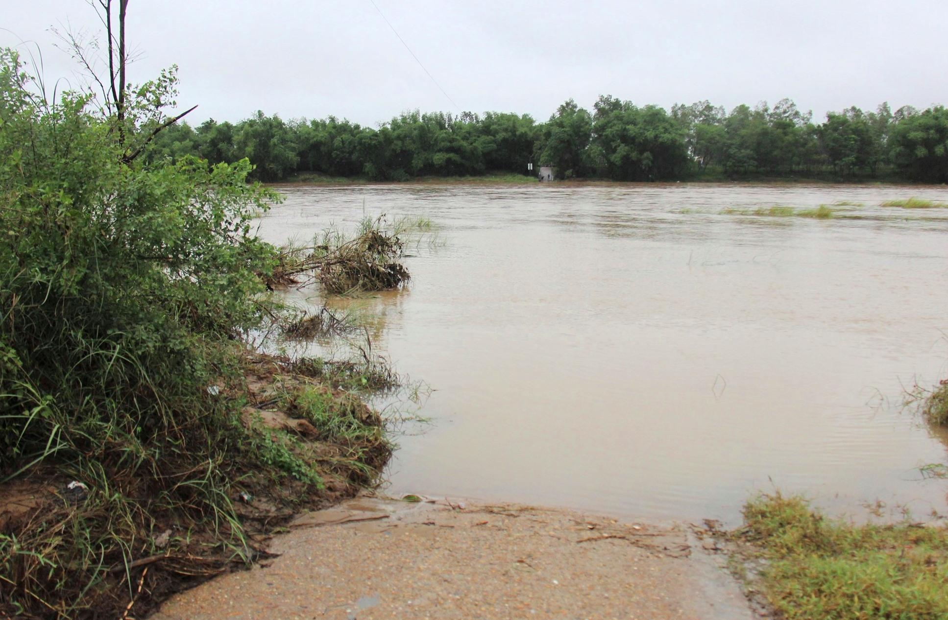 Con đường từ thôn Lệ Bắc, xã Duy Châu, huyện Duy xuyên nối ra trung tâm xã bị nước lũ nhấn chìm trong sáng 17.10. Ảnh: H.A