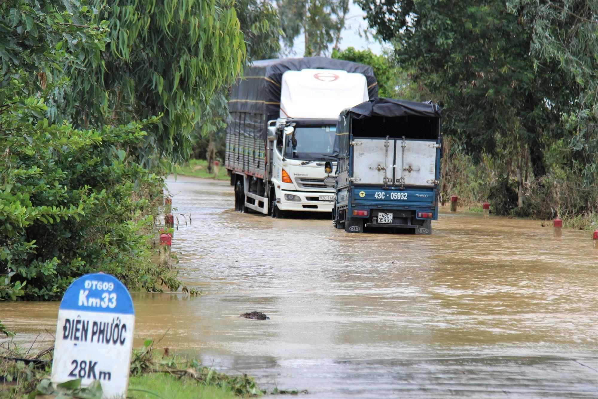 Một số điểm trên tuyến ĐT.609 qua huyện Đại Lộc cũng đang bị ngập. Ảnh:H.A