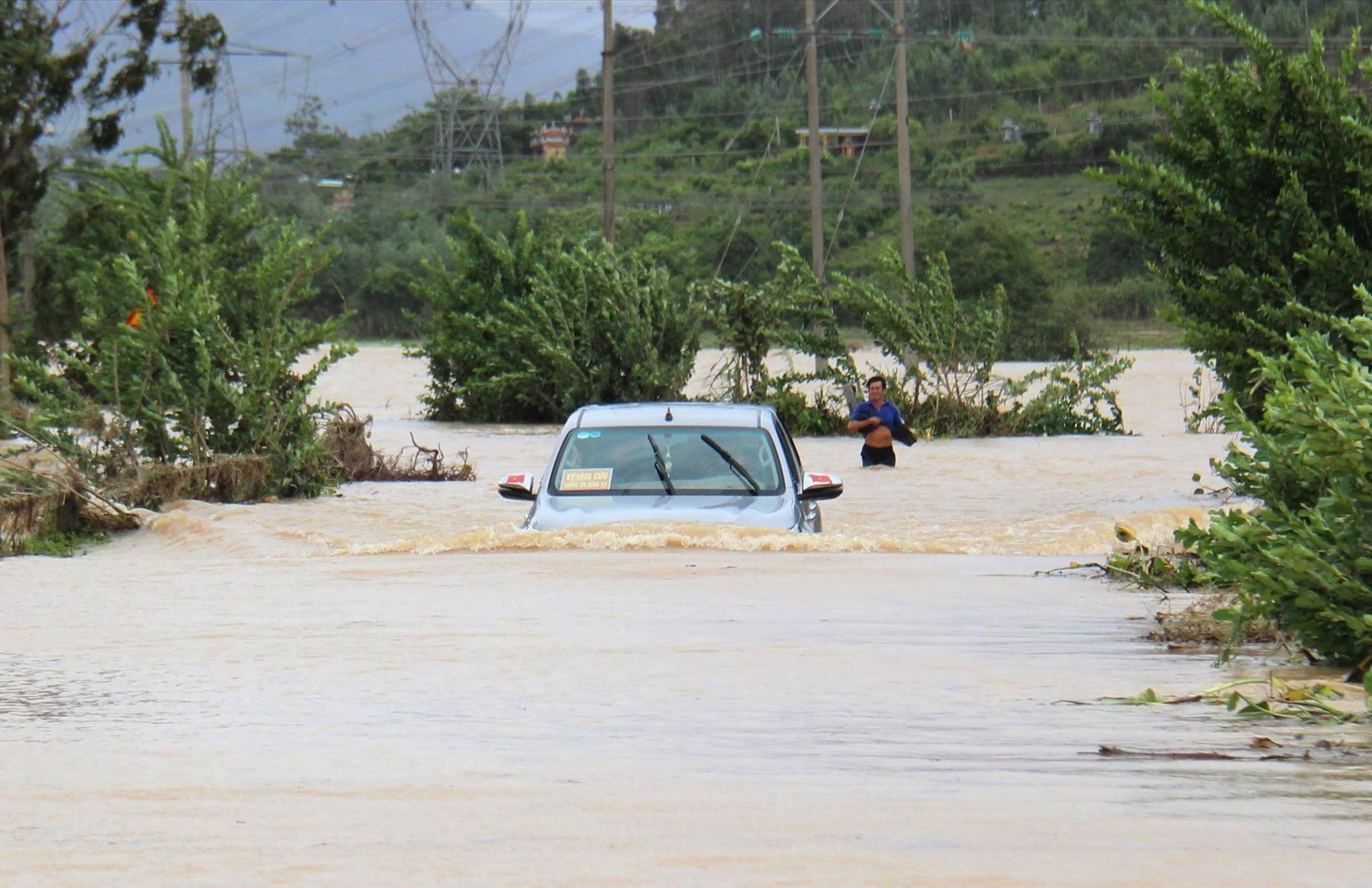 Xe ô tô cố vượt qua dòng nước sâu. Ảnh: H.A