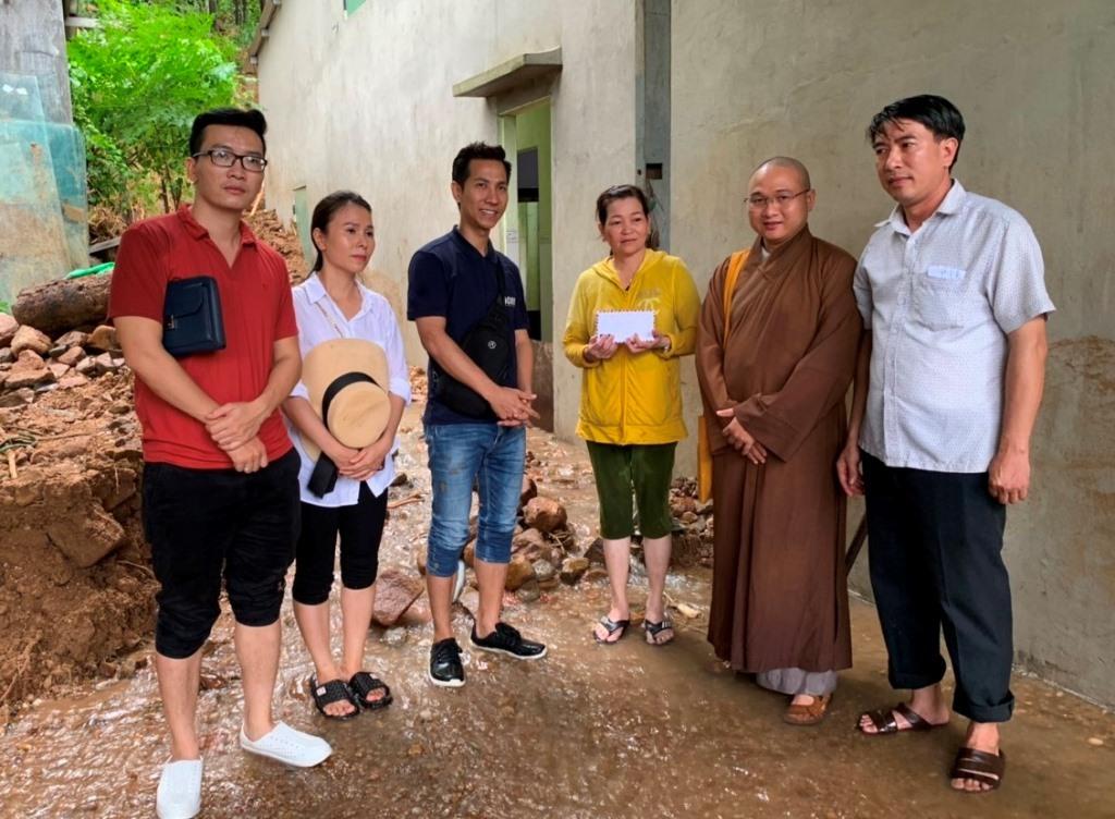 Đoàn thiện nguyện thăm và trao quà ủng hộ hộ gia đình bị sạt lở đất tại Đại Lộc. Ảnh: PGQN