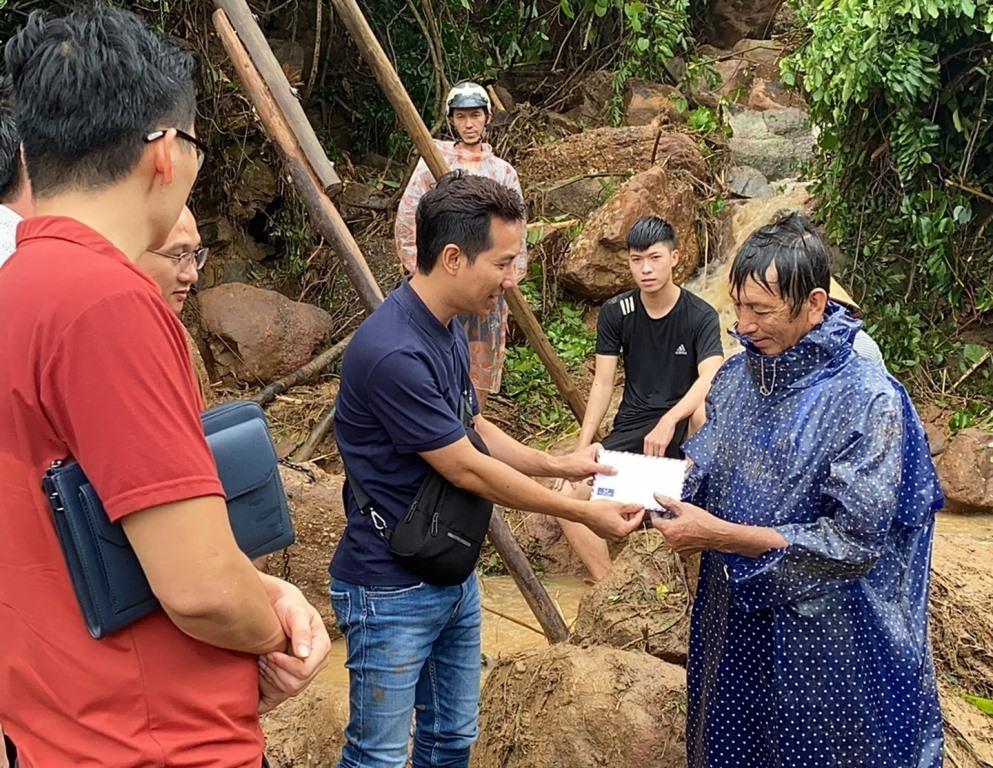Hội Nghệ sĩ Thanh Hóa tại Hà Nội trao quà cho người dân vùng lũ Quảng Nam. Ảnh: PGQN