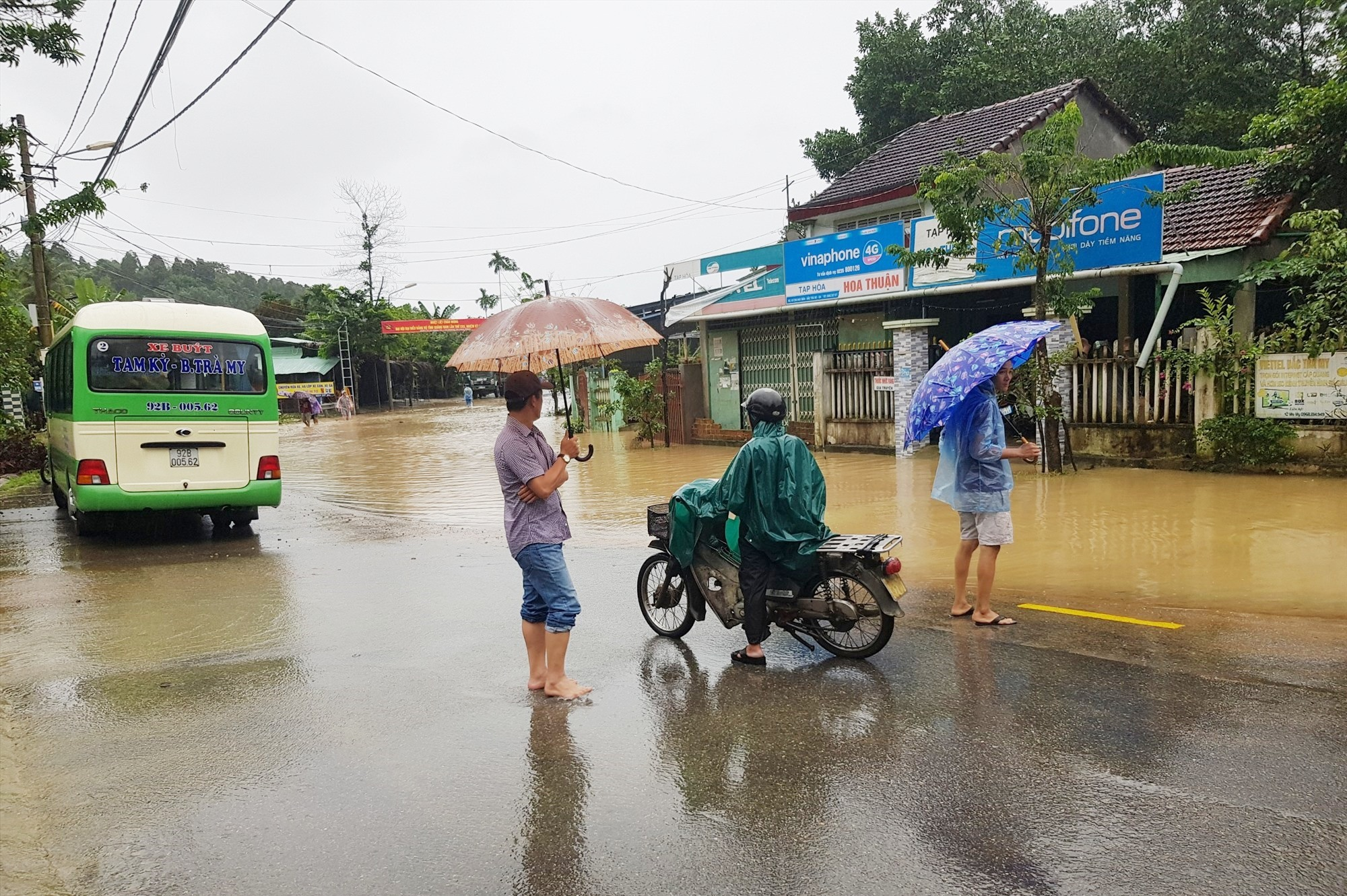 Nhiều nơi bị ngập cục bộ khiến phương tiện di chuyển khó khăn.