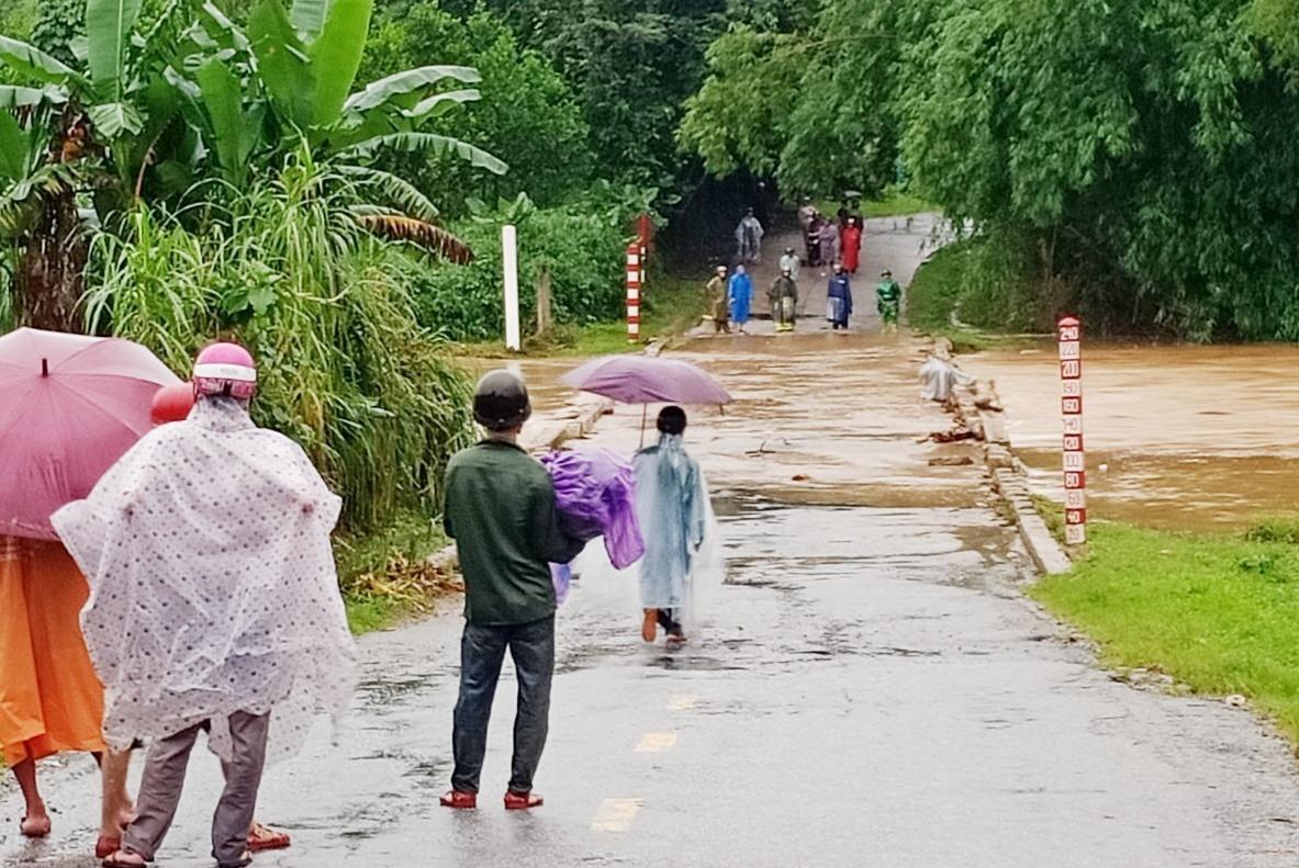 Nước lũ tràn qua ngập tạm thời chia cắt Quốc lộ 40B tại huyện Bắc Trà My.