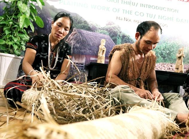 Các nghệ nhân Cơ Tu trình diễn nghề đan lát tại triễn lãm, phục vụ du khách. Ảnh: TIN TỨC