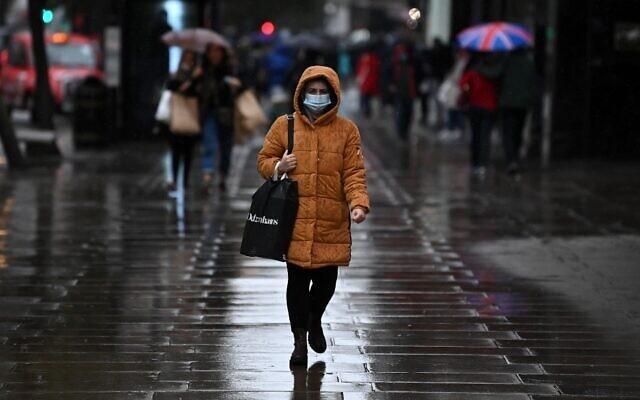 Châu Âu bắt đầu mùa đông khắc nghiệt với dịch cúm mùa và Covid-19. Ảnh: AFP