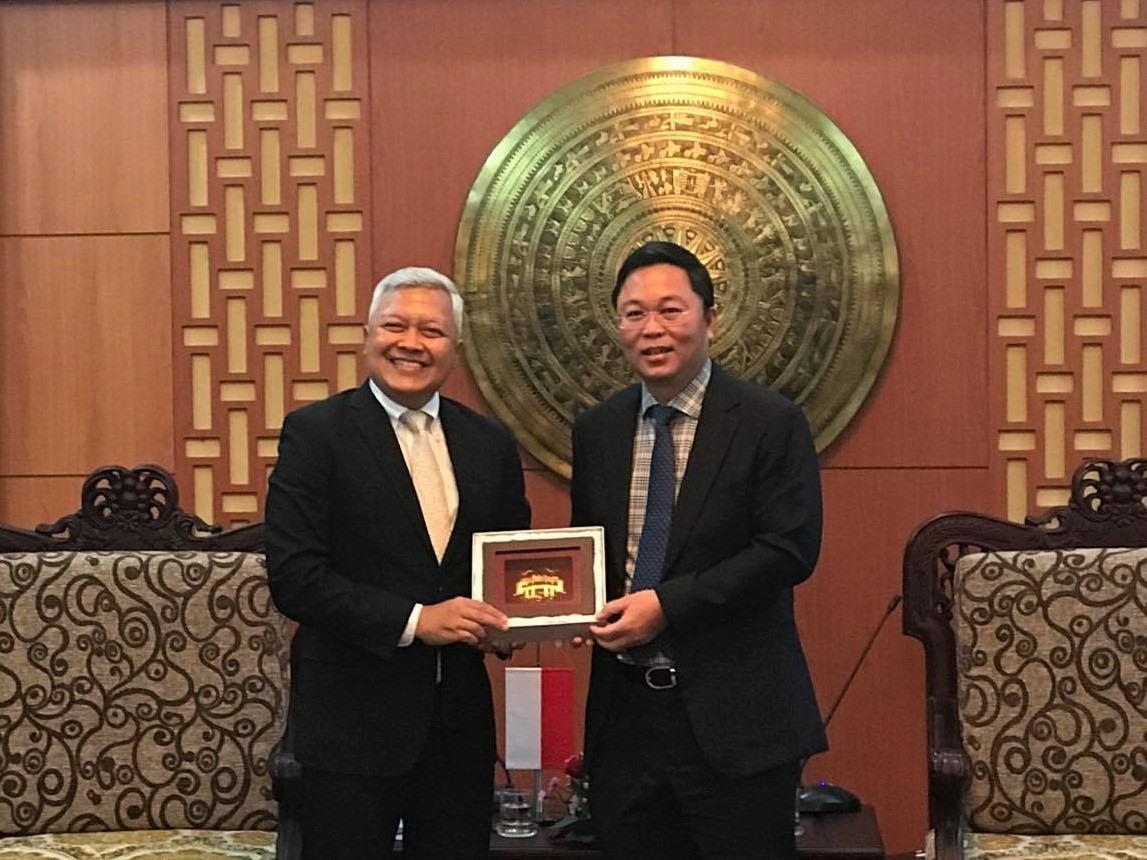 Chairman Thanh (R) and Indian Ambassador Ibnu Hadi