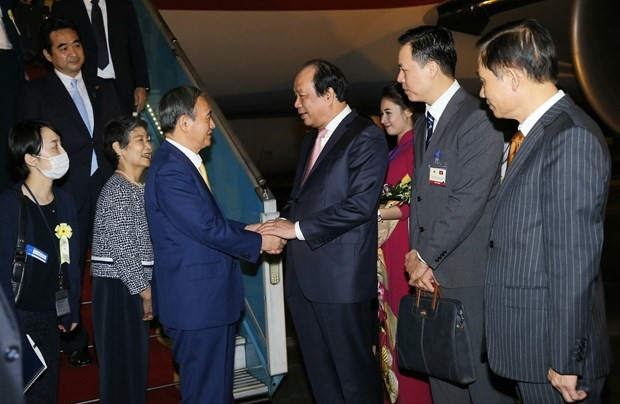 Japanese Prime Minister Yoshihide Suga arrives in Hanoi on October 18, begining his official visit to Vietnam. (Photo: VNA)