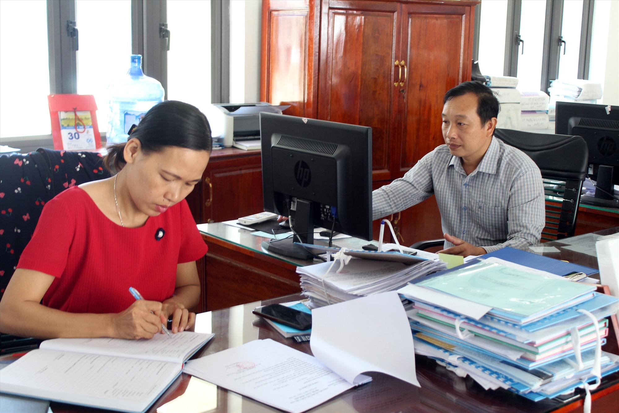 Các phòng ban tại UBND huyện Núi Thành được chỉ đạo ứng dụng mạnh mẽ hơn phần mềm một cửa điện tử trong giải quyết hồ sơ thủ tục. Ảnh: C.P