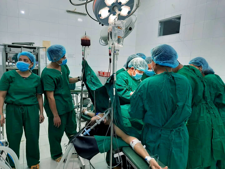 Các bác sĩ tiến hành phẫu thuật cấp cứu bệnh nhân. Ảnh: H.T
