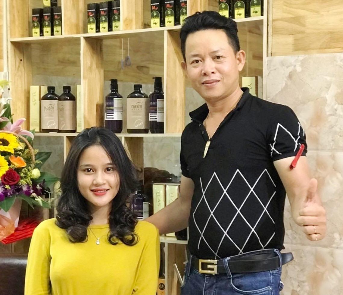Cây kéo vàng nghệ thuật Ung Nho Cường vừa hoàn thành xong mẫu tóc đẹp cho khách. Ảnh: A.B