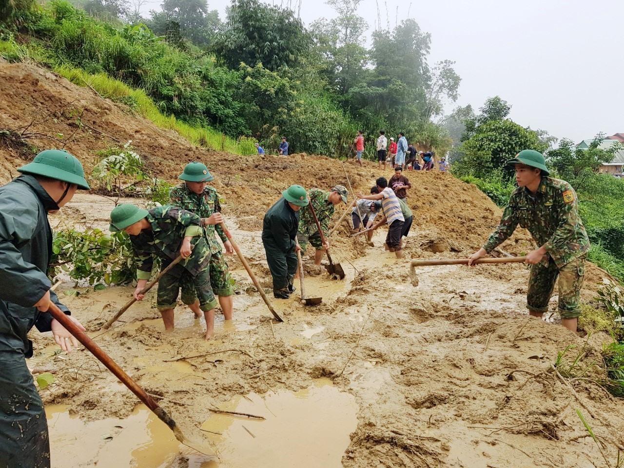 Đồn Biên phòng Ga Ry phối hợp với các lực lượng san lấp thông tuyến giao thông do mưa lũ gây sạt lỡ để cho bà con trên địa bàn đi lại thuận tiện. Ảnh: VĂN VINH