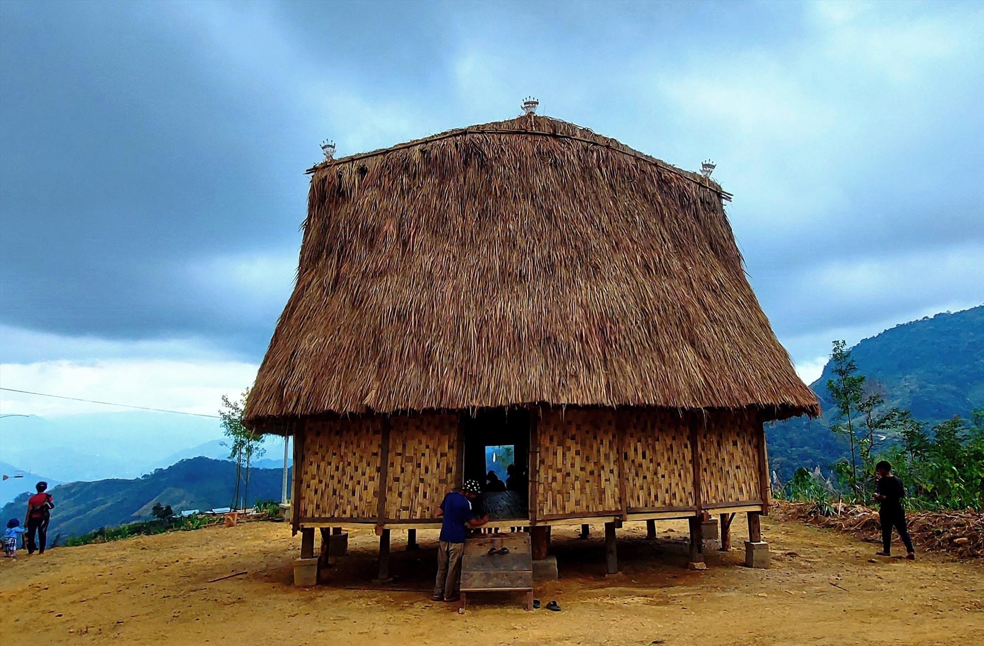 Nhà làng truyền thống của đồng bào Xê Đăng được phục dựng tại Lâng Loan. Ảnh: Đ.N