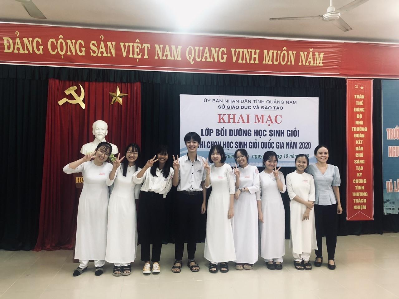 Đội tuyển học sinh giỏi tỉnh dự thi quốc gia môn Địa lý của Trường THPT chuyên Nguyễn Bỉnh Khiêm. Ảnh: Nhà trường cung cấp