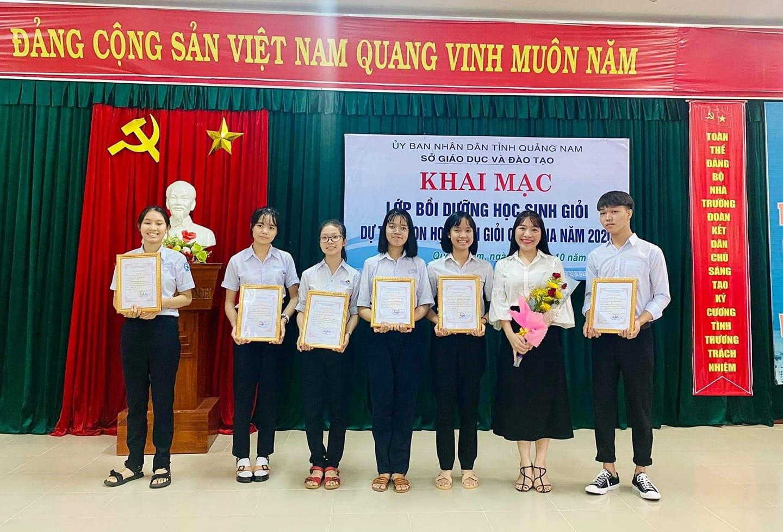 Đội tuyển học sinh giỏi tỉnh dự thi quốc gia môn Ngữ văn của Trường THPT chuyên Lê Thánh Tông. Ảnh: Nhà trường cung cấp