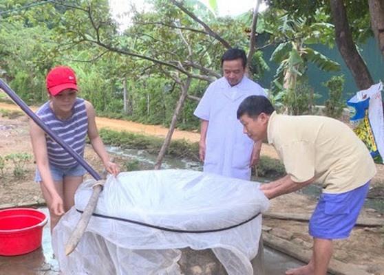 Cán bộ y tế hướng dẫn người dân cách bảo vệ nguồn nước khi mưa lũ xảy ra.