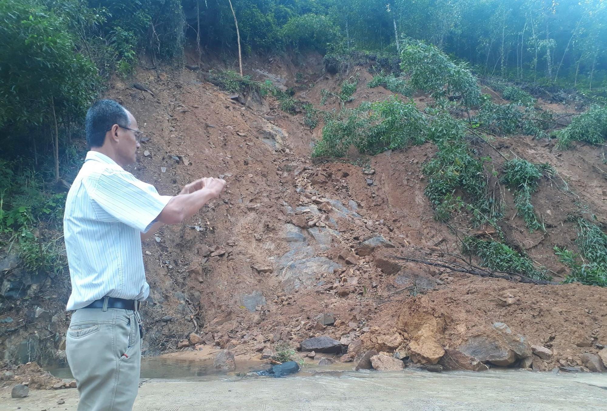 Đất đá trên đồi núi ở khu vực Đèo Le đang sạt lở và có nguy cơ đổ sập với khối lượng lớn. Ảnh: T.S