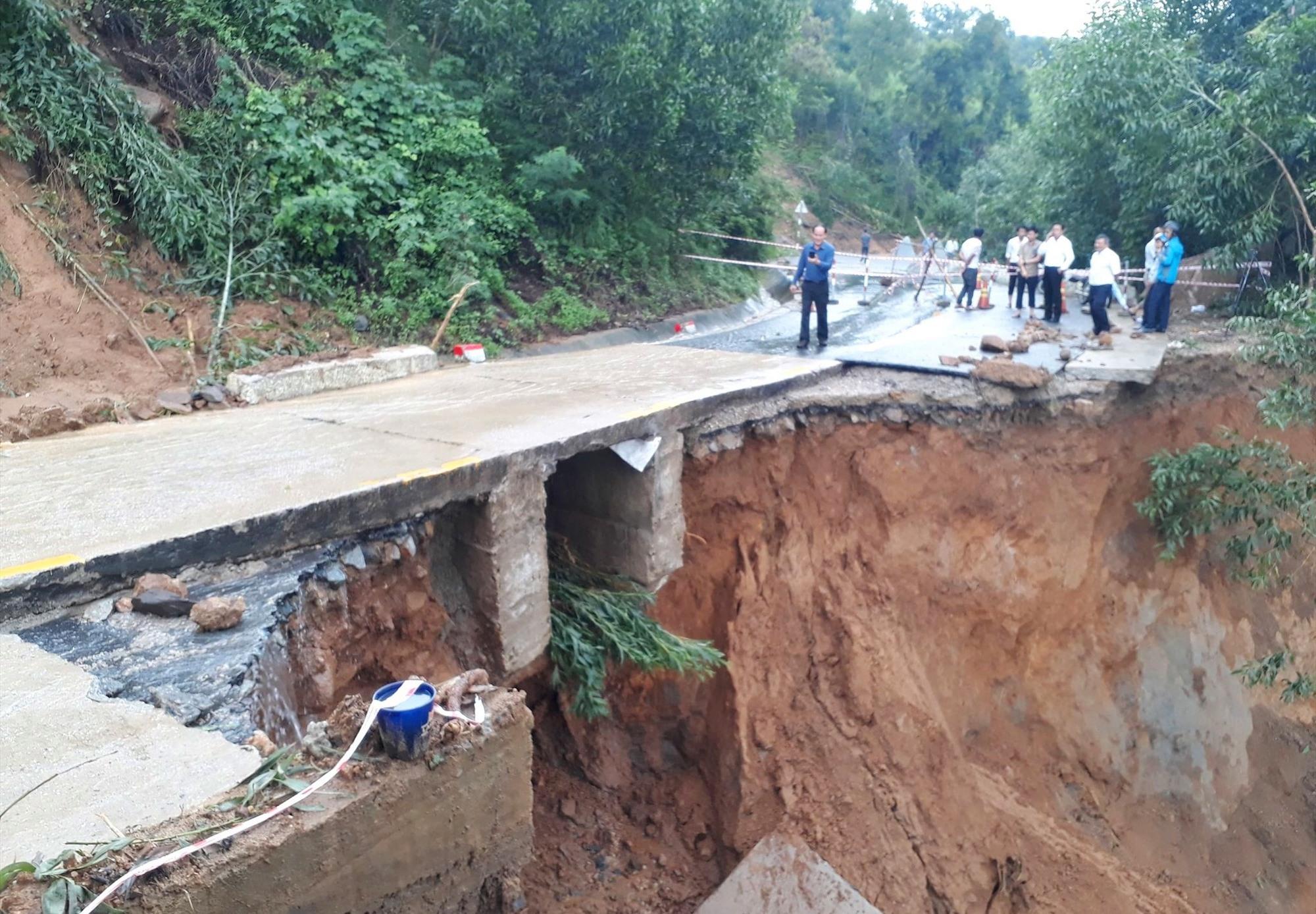 Đoạn đường trên Đèo Le thuộc địa phận xã Quế Long (huyện Quế Sơn) bị sạt lở nghiêm trọng. Ảnh: T.S