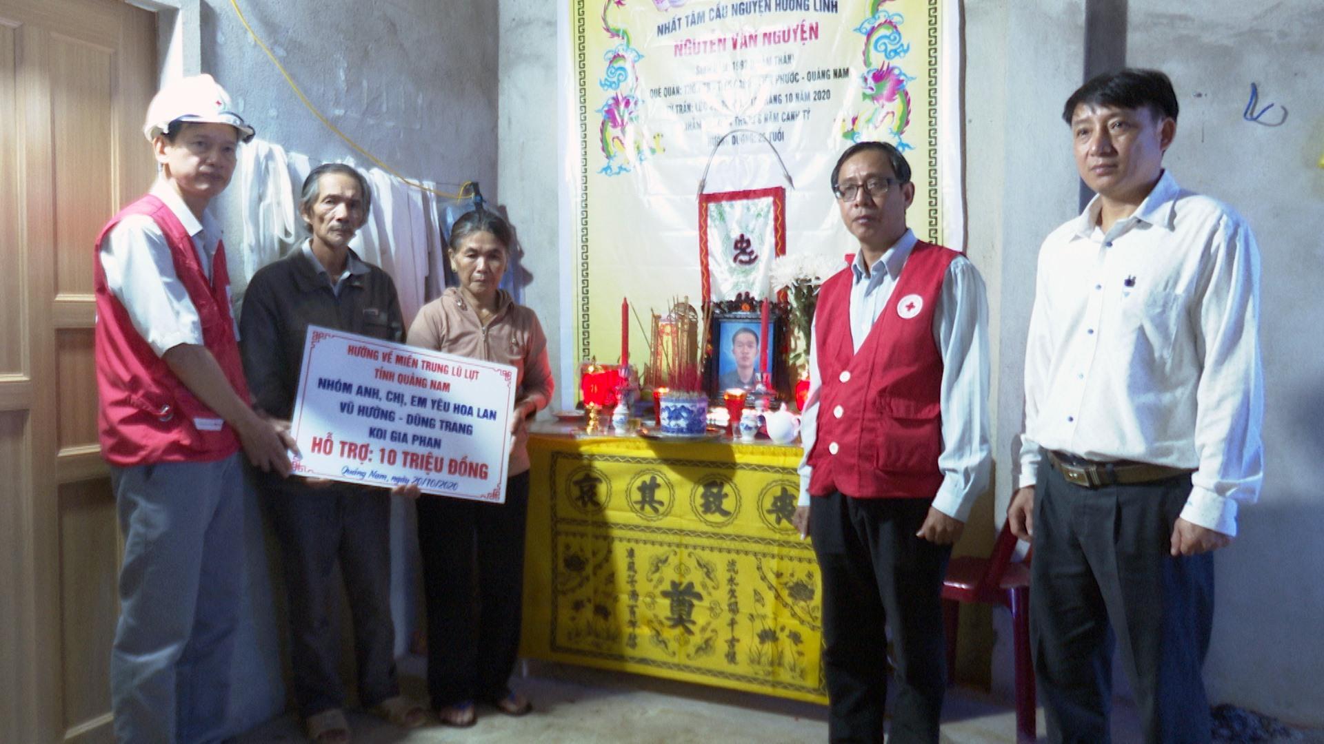Hội Chữ thập đỏ tỉnh đến động viên, tặng qùa cho gia đình ông Nguyễn Tuyết (thôn 7b), Tiên Cảnh, Tiên Phước có người thân bị lũ cuốn trôi.