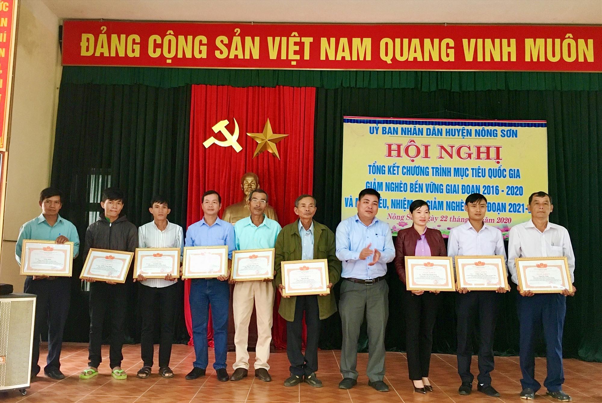 """UBND huyện Nông Sơn khen thưởng các cá nhân có thành tích trong phong trào """"Nông Sơn chung tay vì người nghèo, không ai bị bỏ lại phía sau""""."""