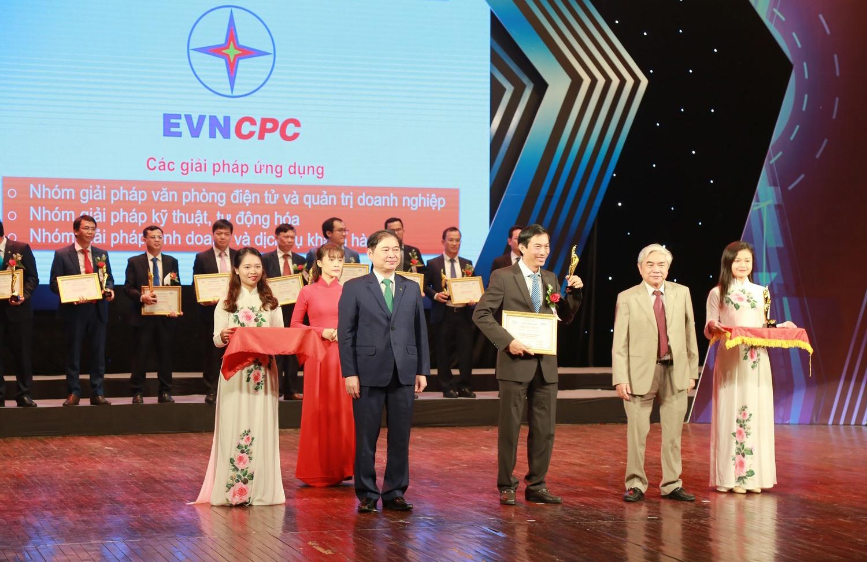 """Lãnh đạo EVNCPC nhận giải thưởng Chuyển đổi số ở hạng mục """"Doanh nghiệp Chuyển đổi số xuất sắc""""."""