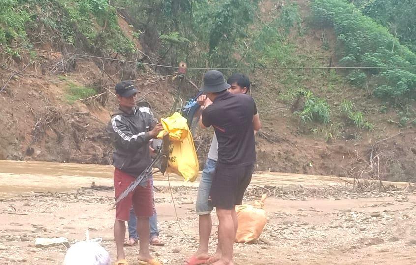 """Nhiều thực phẩm được mua về, cũng được di chuyển bằng """"cáp treo"""" qua sông A Vương. Ảnh: B.N"""