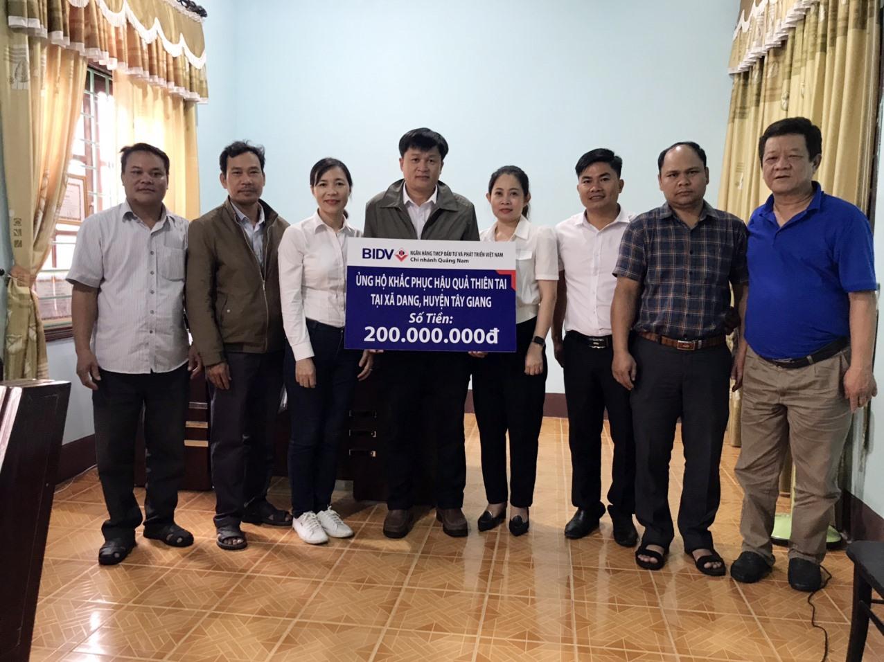 BIDV chi nhánh Quảng Nam tặng 31 suất quà trị giá 200 triệu đồng giúp người dân xã Dang (huyện Tây Giang) sửa chữa nhà ở. Ảnh: V.N