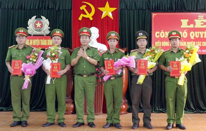 Công an huyện Thăng Bình trao các quyết định bổ nhiệm các phó trưởng công an xã.