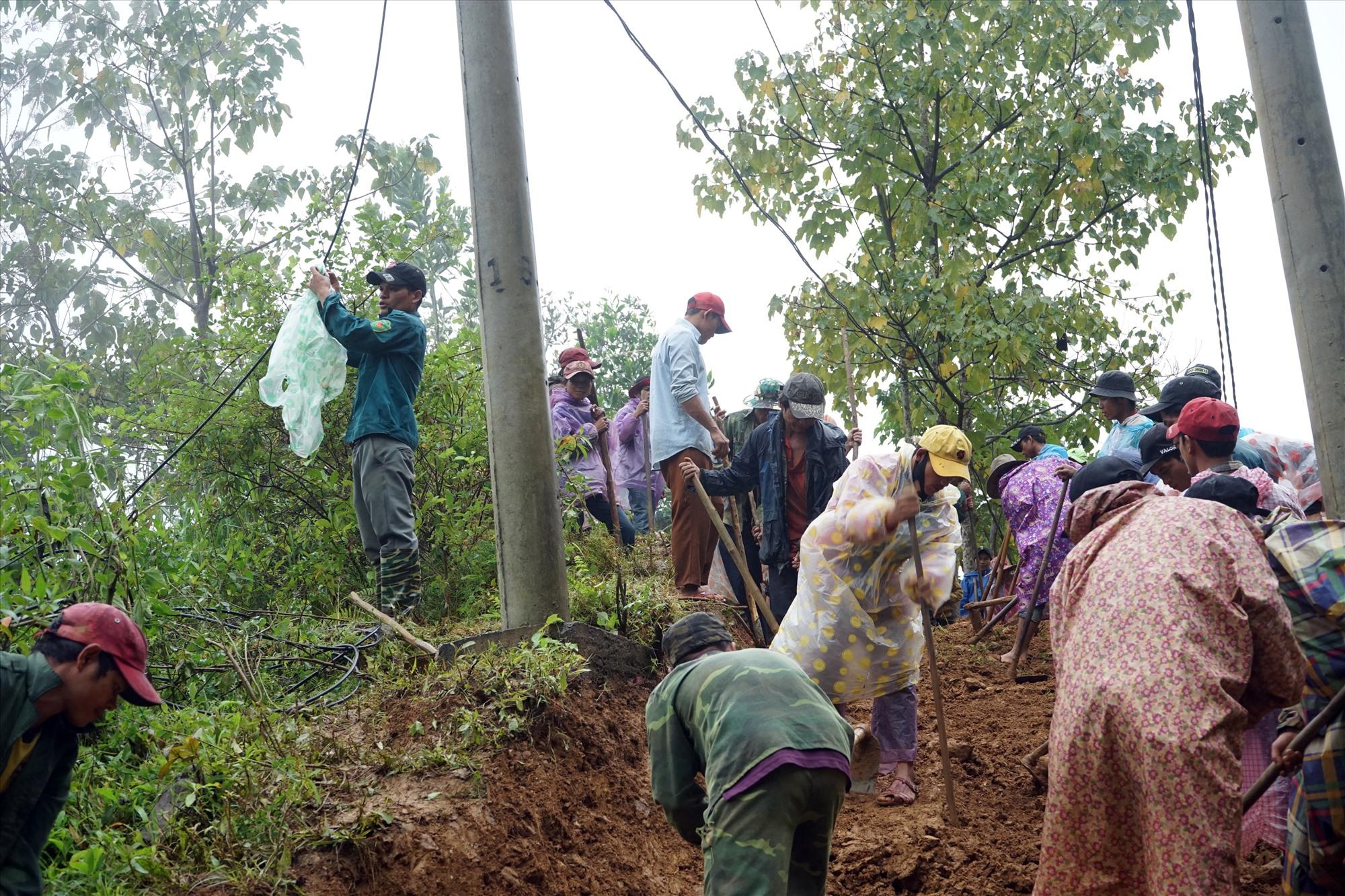Người dân làm đường tạm thời bên cạnh đoạn bị sạt lở trên tuyến ĐH8. Ảnh: P.THIỆN