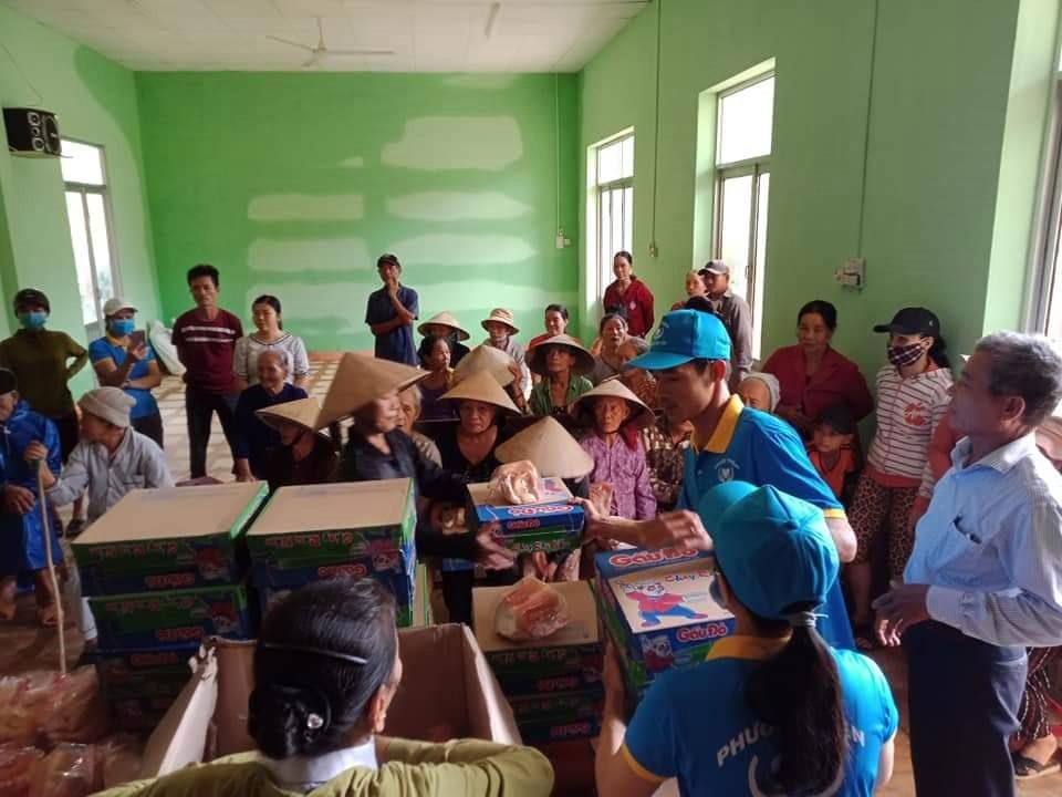 Vận động trao tặng quà chia sẻ khó khăn với người dân xã Đại Phong, Đại Lộc. Ảnh: H.L