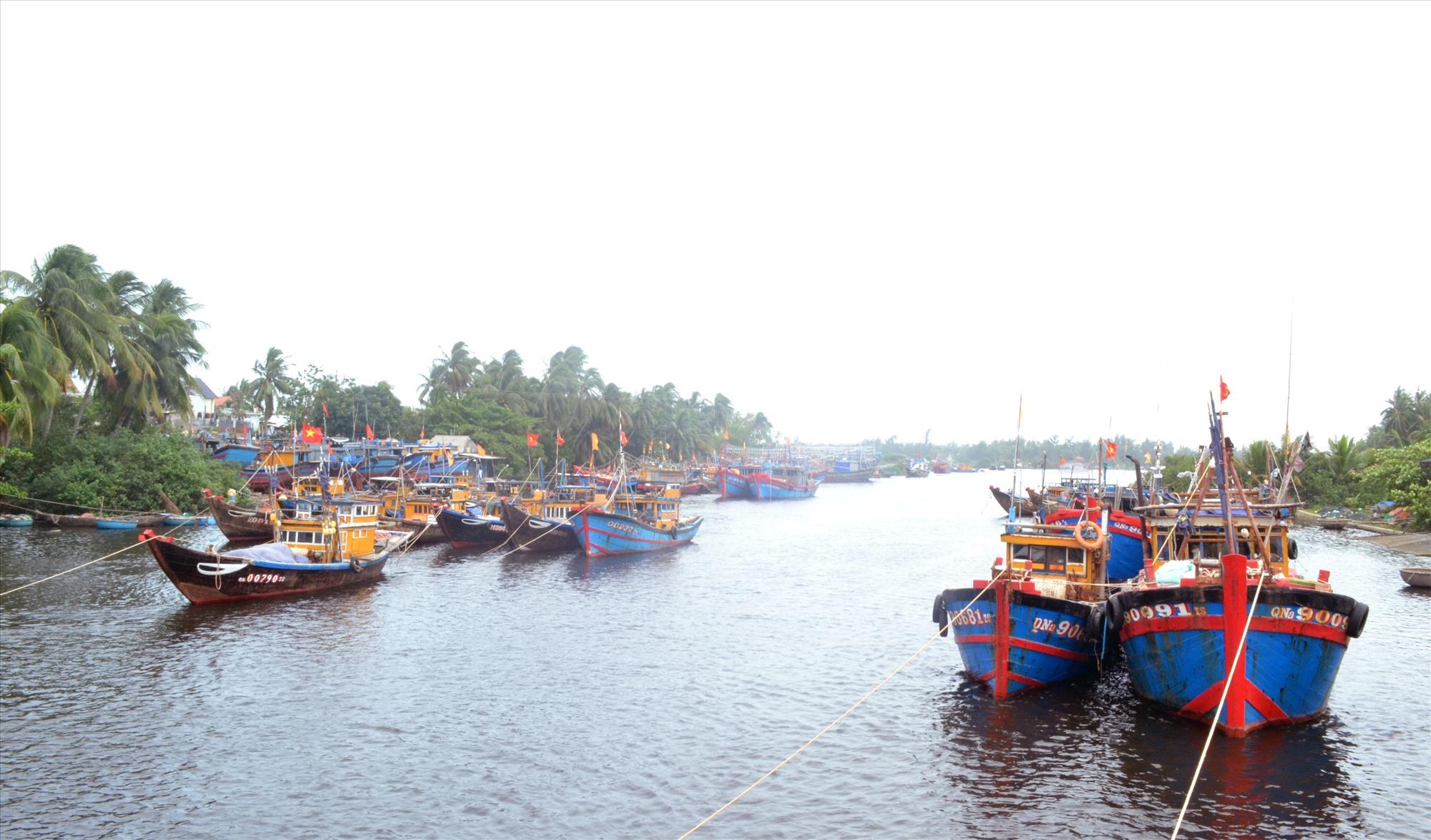Ngư dân neo đậu tàu cá dọc sông Trường Giang, không đảm bảo an toàn trong mùa mưa bão. Ảnh: VIỆT NGUYỄN