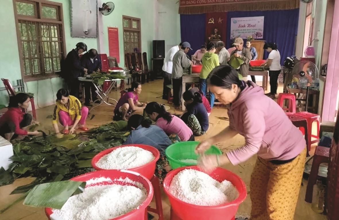 Phụ nữ xã Tam Lộc (Phú Ninh) tổ chức nấu bánh tét tặng đồng bào lũ lụt các tỉnh Bắc Trung Bộ.