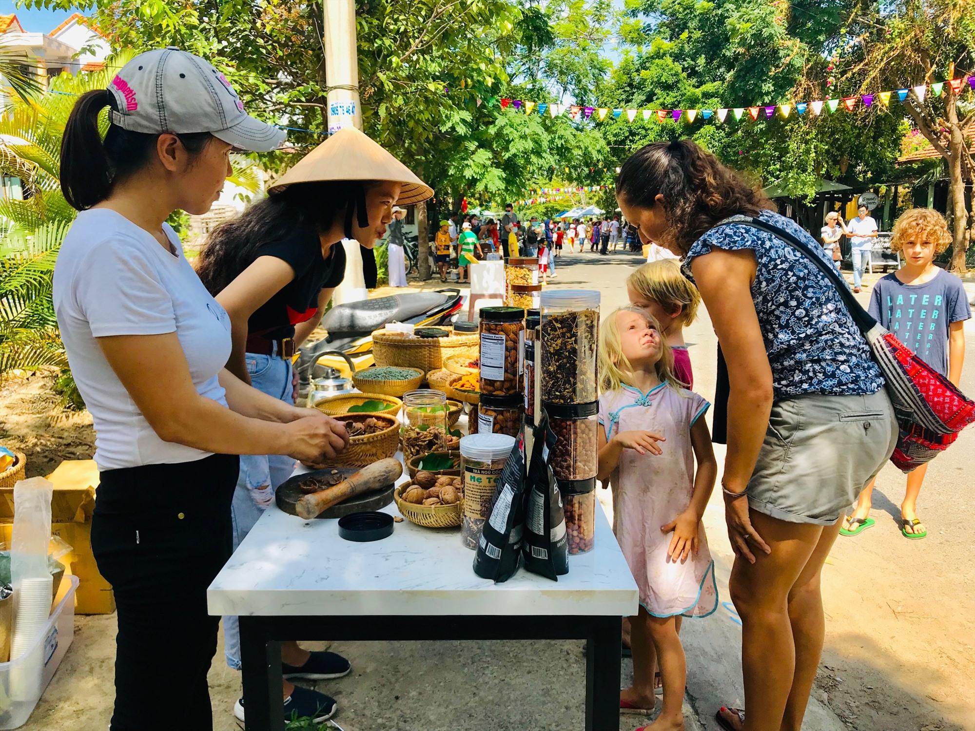 Sự gần gũi, độc đáo là yếu tố tạo ra sự hấp dẫn cho chợ phiên làng chài Tân Thành. Ảnh: Q.T