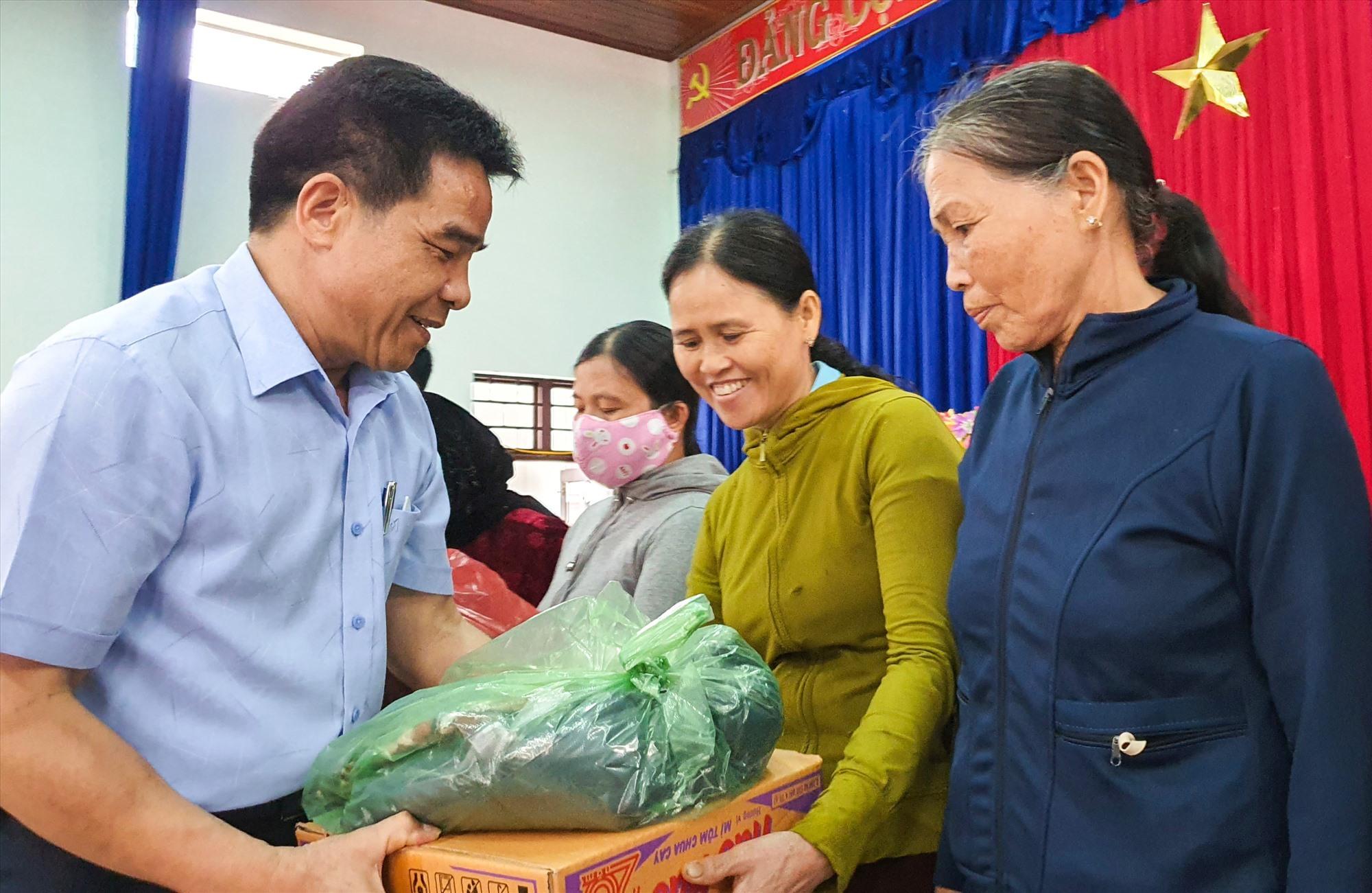 Phó Bí thư thường trực Tỉnh ủy Lê Văn Dũng tặng quà cho bà con bị thiệt hại do lũ lụt. Ảnh: T.C