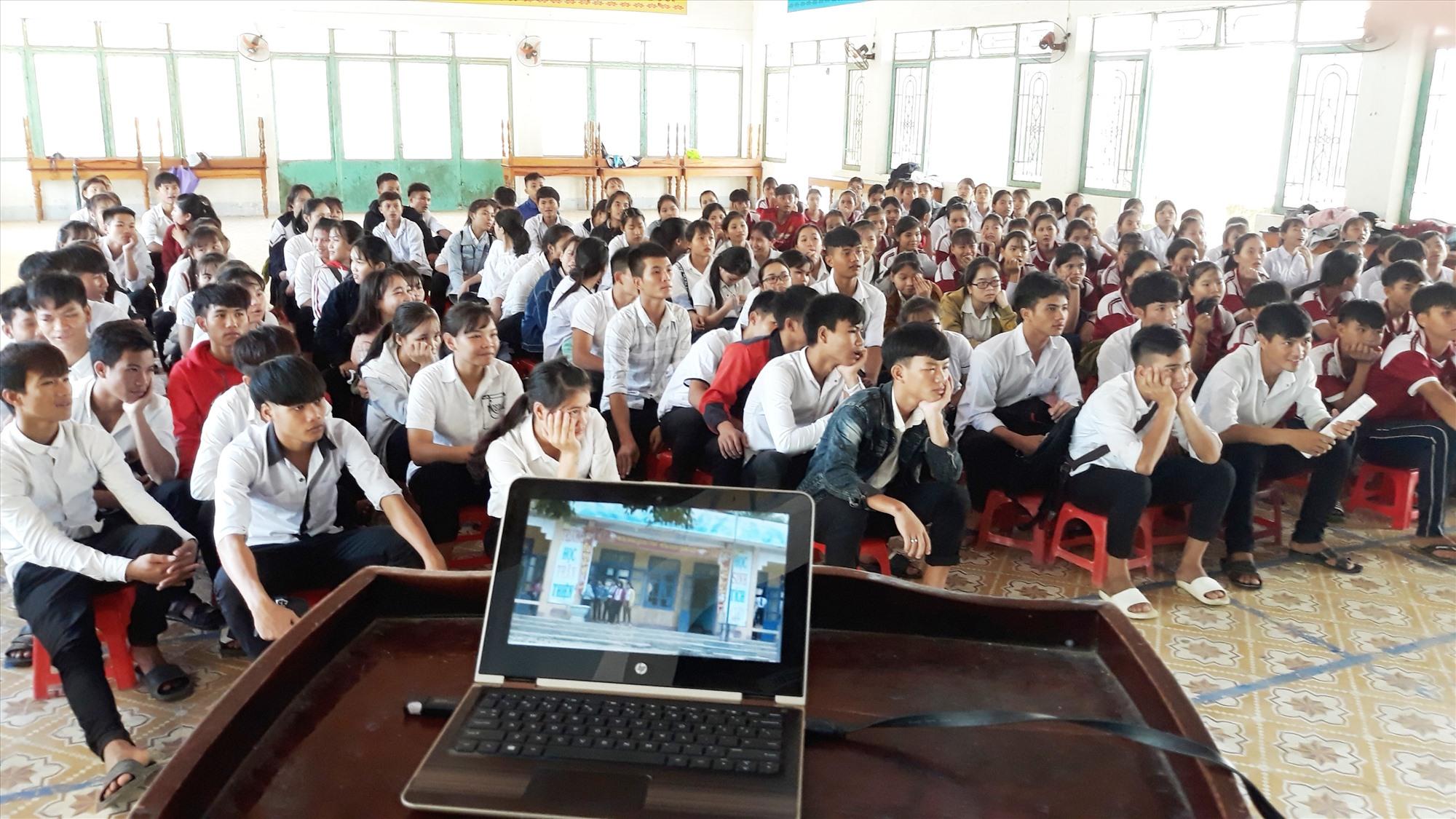 Tổ chức định hướng nghề nghiệp cho các em học sinh miền núi. Ảnh: Trà My