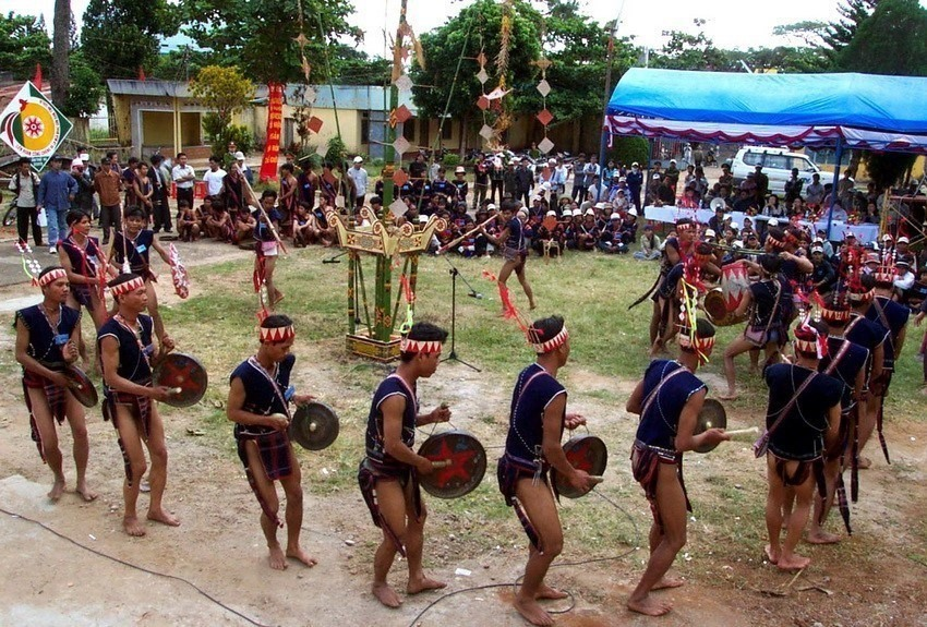 The cultural space of the gongs in the Central Highlands was recognised as a UNECO intangible cultural heritage of humanity in 2008. Gong ensembles are part of various ceremonies and closely linked to the communities' daily life and the cycle of the seasons.