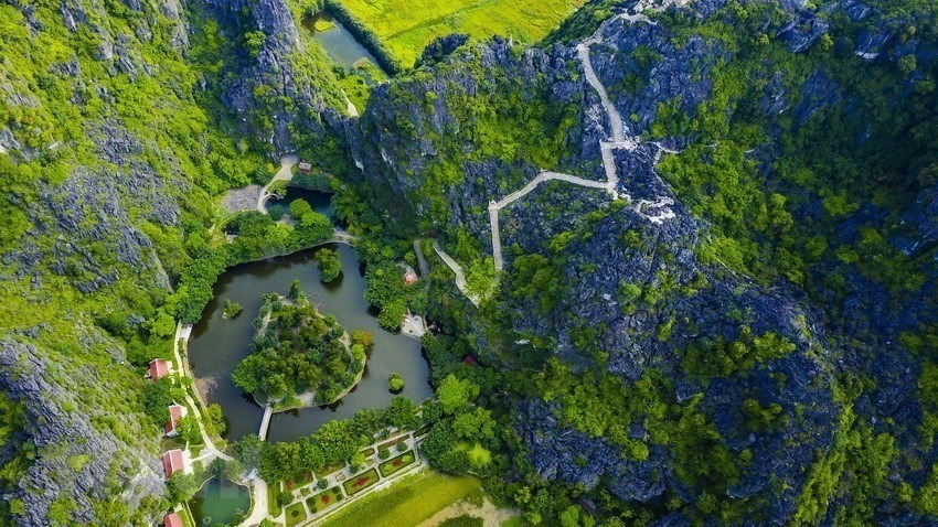 Trang An Landscape Complex (Ninh Binh province) is the first mixed cultural and natural property in Vietnam to be recognized as a world cultural and natural heritage in 2014.